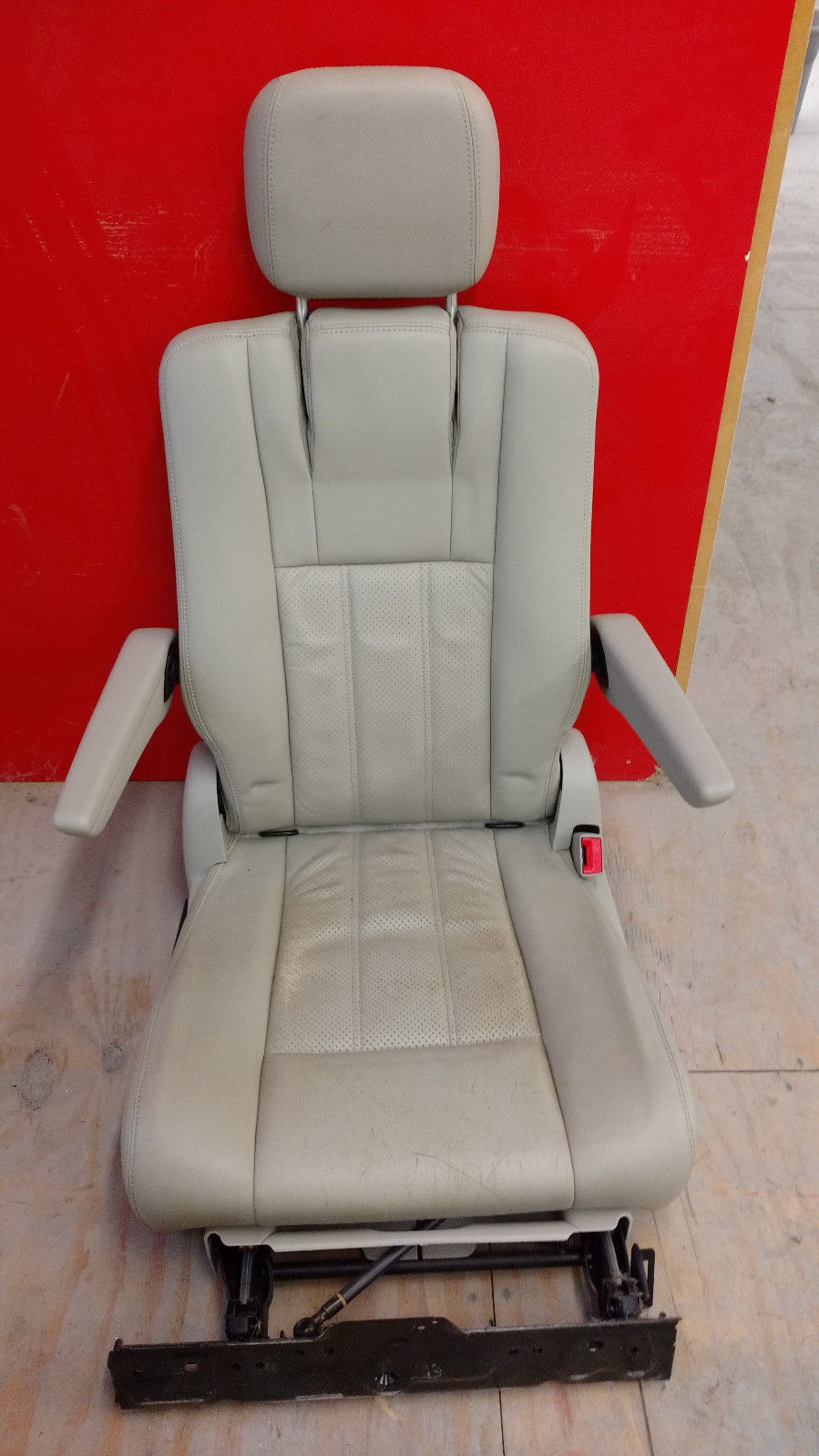 Chrysler Town and Country 2nd row Right side Sto 'n Go Leather Seat 2011