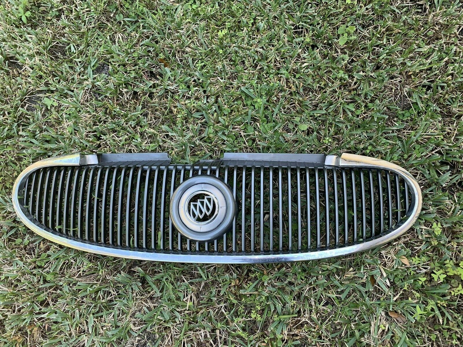 04 05 06  Buick Rainier Upper  Front Grille Grill 15106803