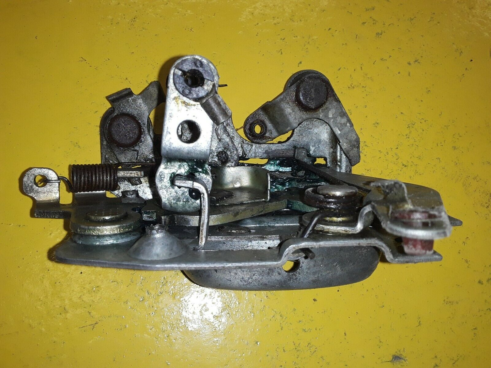 1968-69 FAIRLANE TORINO DRIVER DOOR LATCH ASSEMBLY NO PART NUMBER VISIBLE