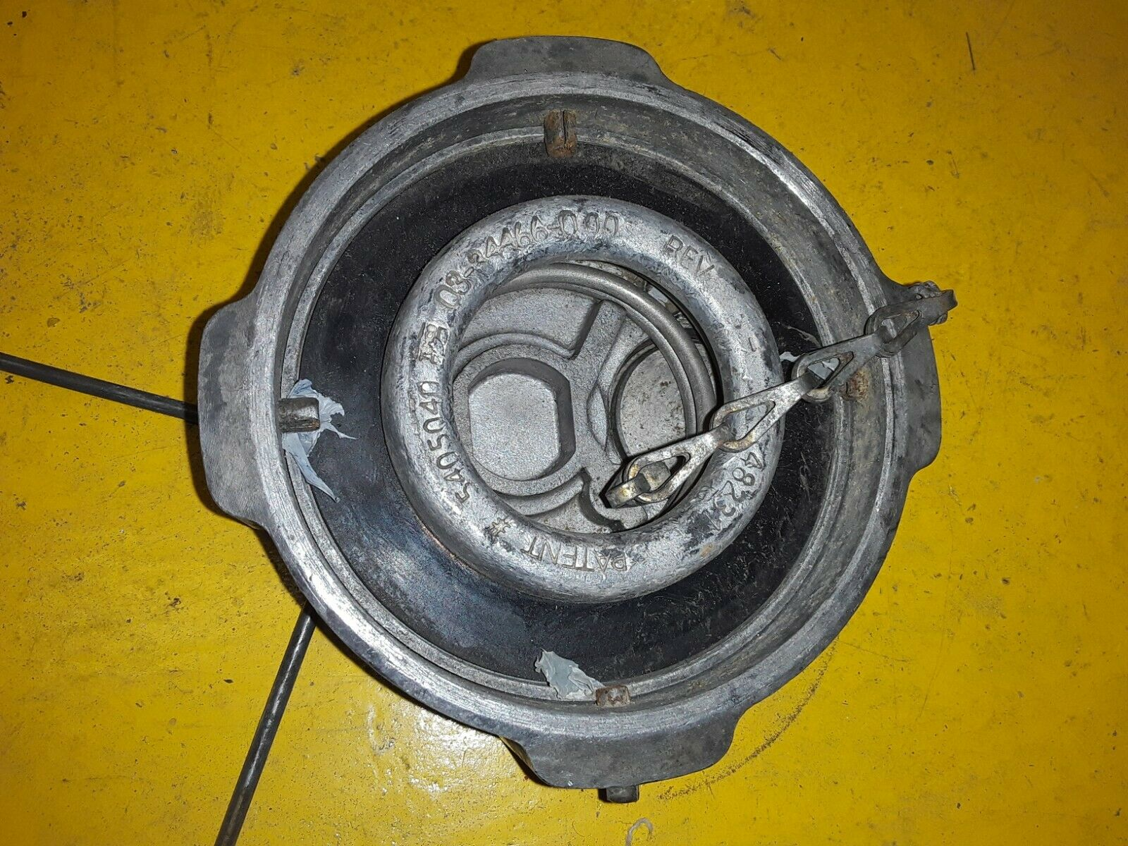 OEM FREIGHTLINER fuel caps 5405040 / 03-34466-000 qty- 2 Does not apply