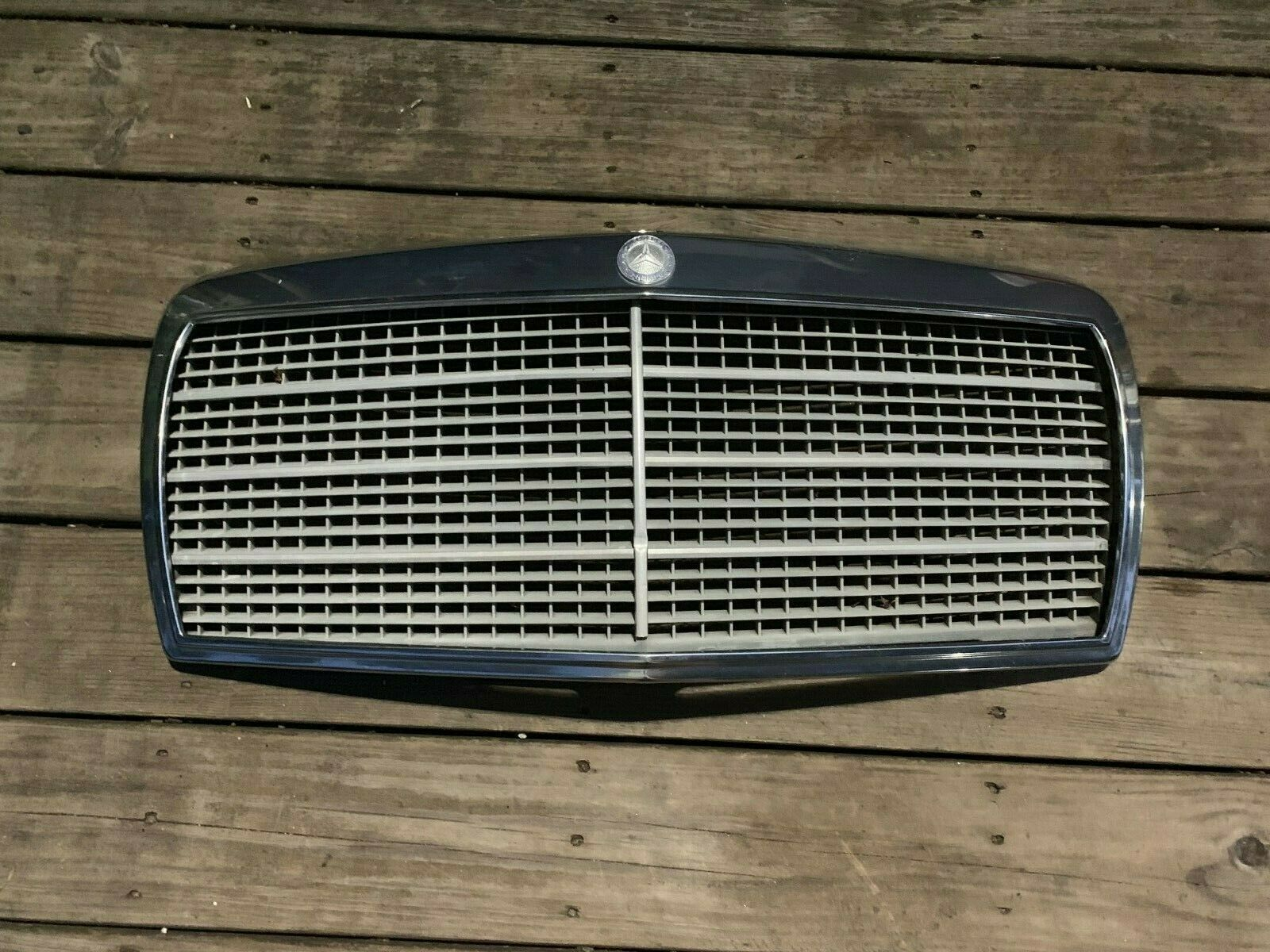 Mercedes Grille 190E good condition 104-58225