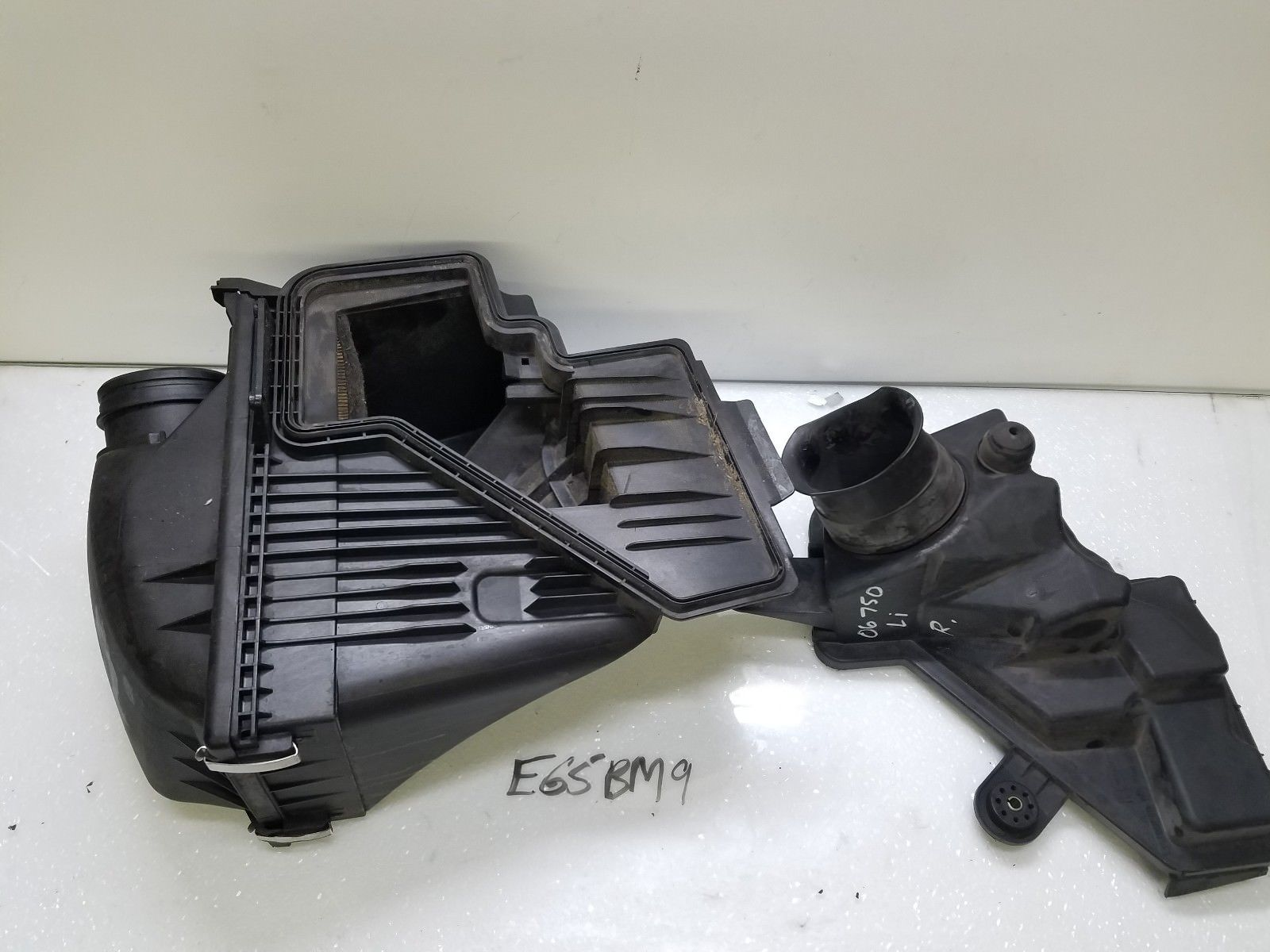 2006-2008 BMW 750i 750Li AIR FILTER CLEANER BOX HOUSING RIGHT PASSENGER 7500548 Does not apply