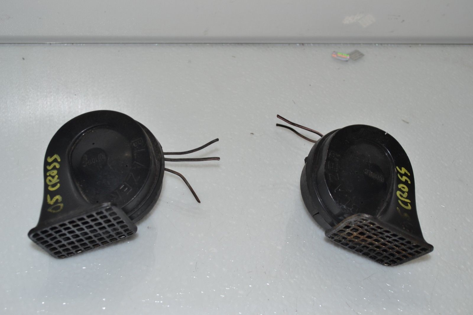 2004-2008 CHRYSLER CROSSFIRE HIGH & LOW PITCH SIGNAL HORNS PAIR Does not apply