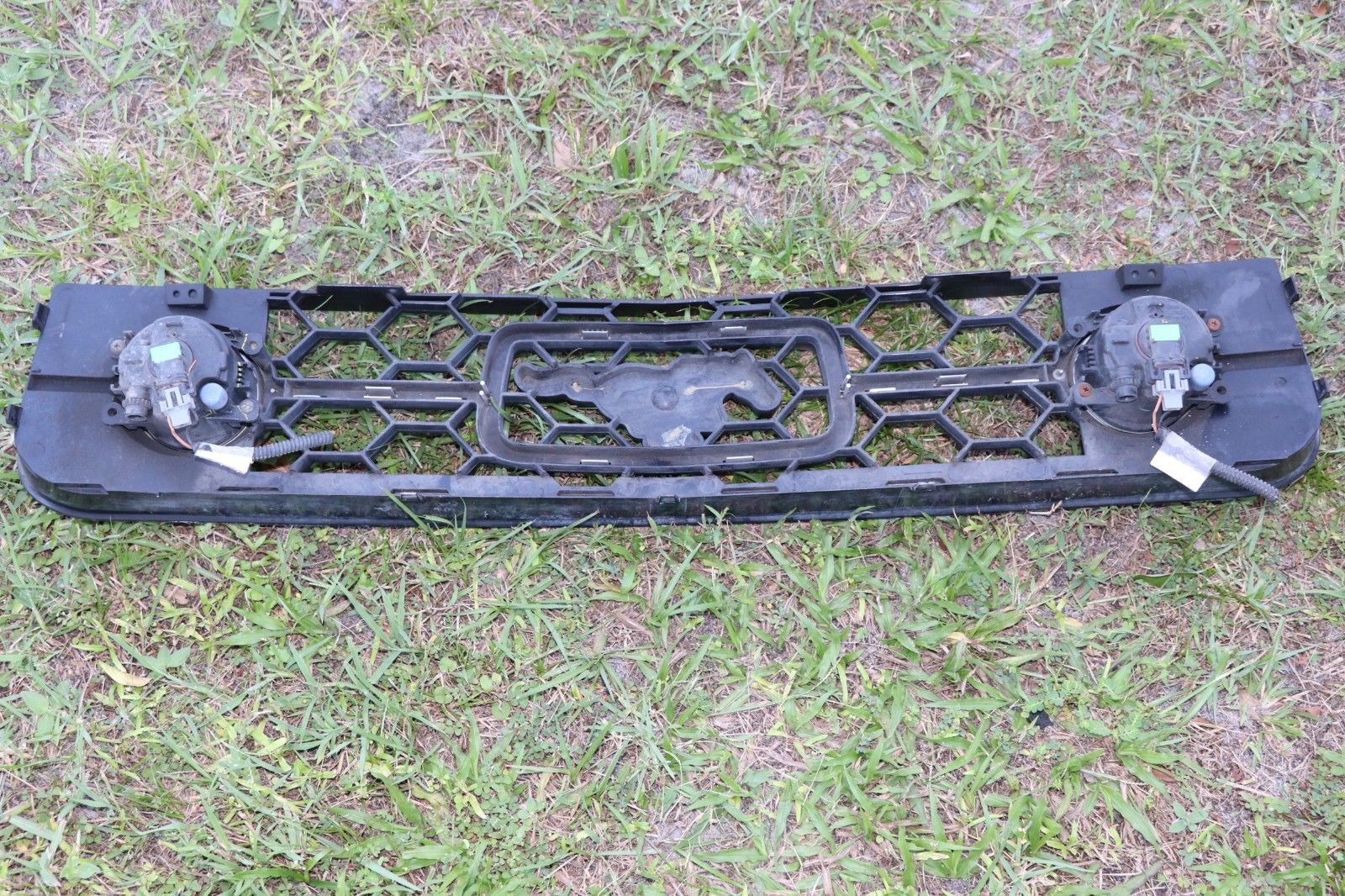 06 07 08 09 FORD MUSTANG FRONT GRILL GRILLE  W FOG LIGHTS PONY 6R3J-8200-AEW oem 6R3J-8200-AEW STUNG24