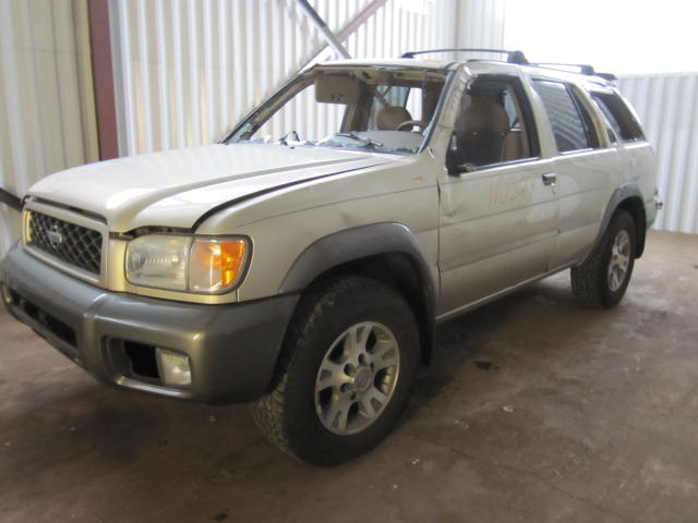 Parting out a 2000 Nissan Pathfinder 110527